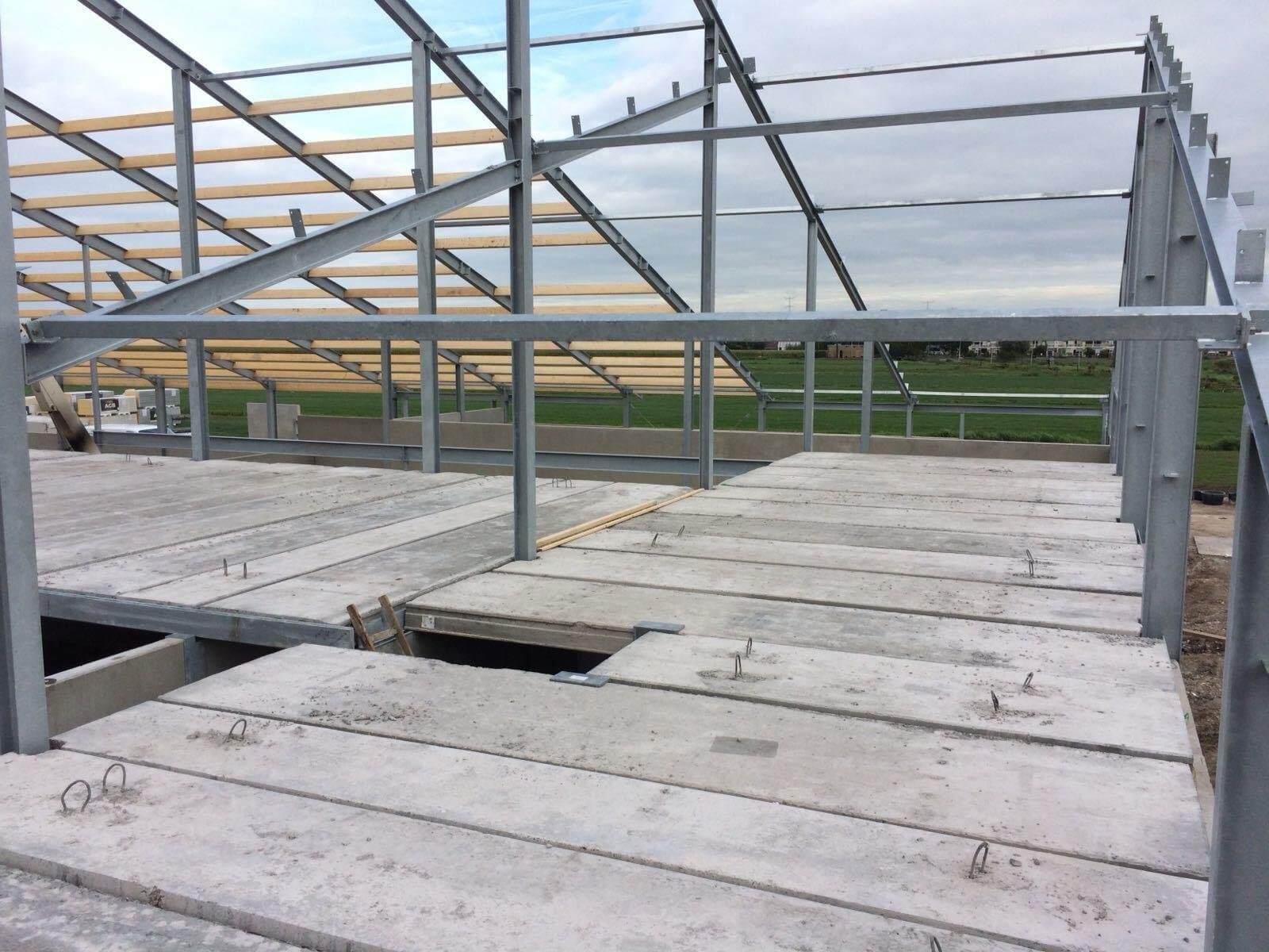 200 mm kanaalplaatvloeren uitgeleverd door Building Supply voor een ligboxenstal in Krimpen a/d Lek